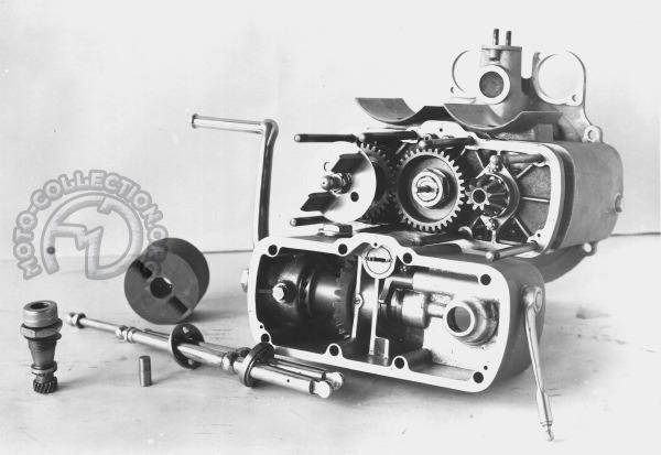 Le carter de boîte se boulonne sur le carter moteur. On y emboîte tout le mécanisme et la pignonnerie supportée par le couvercle arrière à l'extérieur duquel se trouvent une démultiplication qui entraîne la transmission par arbre et, à droite, le pignon d'angle du kick.