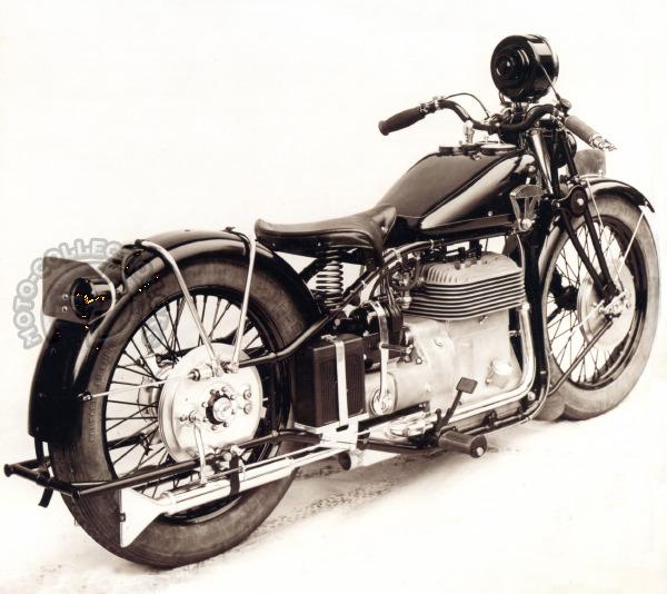 Une présentation on ne peut plus luxueuse avec compteur, montre et éclairage des instruments intégrés au réservoir. (archives F-M. Dumas-Moto-collection.org)