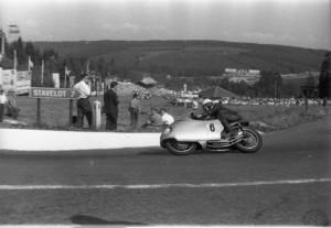 Surtees sur la MV Agusta 500 quatre cylindres à carénage intégral au GP de Belgique à Spa en 1956.