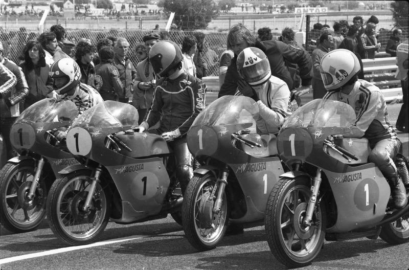 G à D: Gianfranco Bonera (500/4-1976), Alberto Pagani (500/3dernière version 1973), Umberto Masetti (ch du M 51-52 sur Gilera-') (350/3 de 1971 et Armando Toracca (350/4cyl-1976). et Magni dans le fond