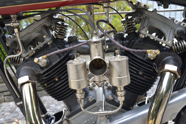 Le carburateur double cuve de la version 1926 qui, comme les autres motos super sport de l'époque, était prévue pour fonctionner au mélange essence/benzol.
