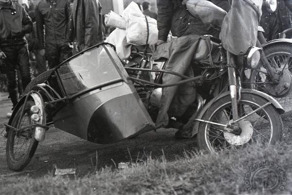 3 roues sur l'angle Maico-125MD-de-1968-et-side-car-inclinable-Millevaches-1970-049