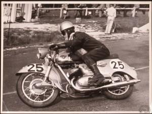 Charles Kraka au guidon de la Maico Taifun qu'il pilotait avec son frère Bernard au Bol d'Or 1960. Notez l'antibrouillard et les trous d'aération sur le carter-boîte à air.