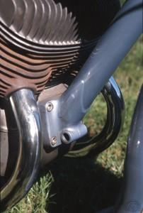 L'élégante fixation du tube avant au carter moteur.
