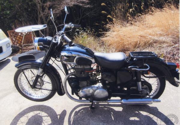 La fierté d'Hiroshi qui n'a pas réussi à se séparer de cette rarissime Meguro 650 T2 de 1957, un bicylindre de 650 cm3 culbuté et calé à 180° (ancêtre des Kawasaki 650) dont ne fut produit que cinq exemplaires comme d'ailleurs pour la 650 T1, premier bicylindre de la marque sorti en 1955. La T2 était donnée pour 29,5 ch à 5200 tr/min et 130 km/h.