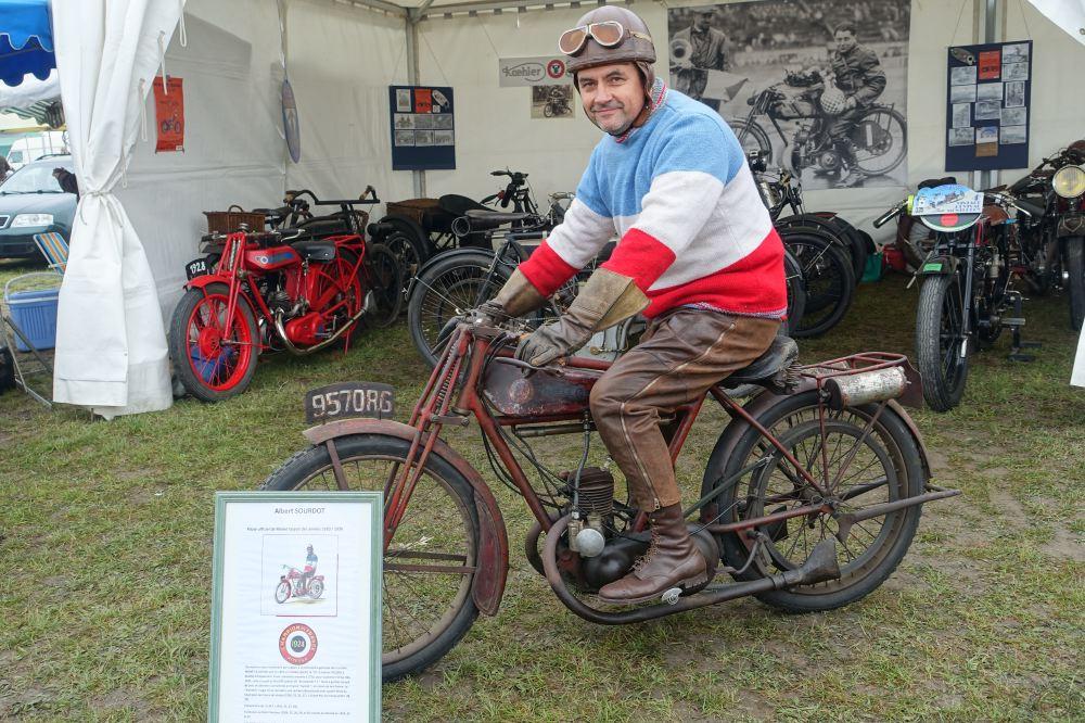 """Costumes d'époque obligatoires et on ne pouvait pas faire mieux pour cette """"Sourdot Replica"""" à moteur 175 cc Villiers de 1928."""