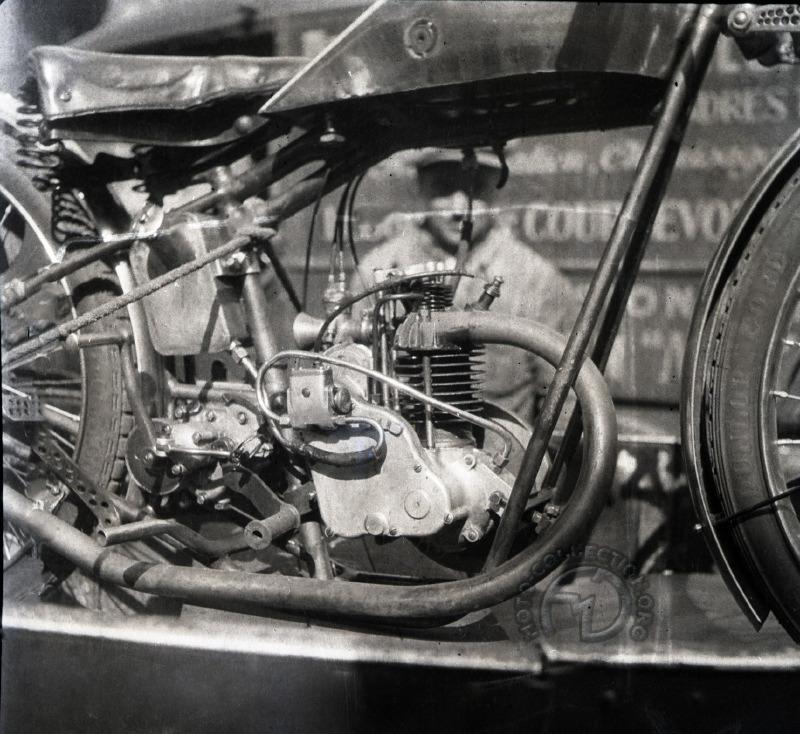 Cette version  du 125 Moser très modifiée fut le seul 4 temps de petite cylindrée engagé au Bol d'Or 1934 par un certain Duc. (photo Robert Sexé)