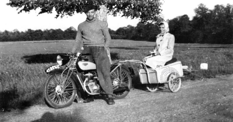 Les congés payés avec un Motobécane 100 AB1 en 1937