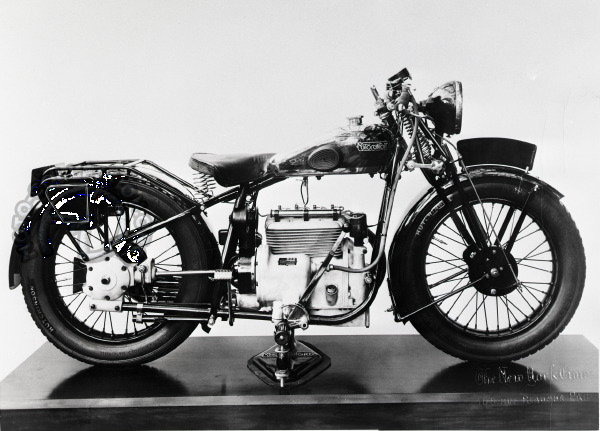 La 500 B5 quatre cylindre Motobécane arbore ici les couleurs de la marque jumelle Motoconfort au salon de Paris 1929.