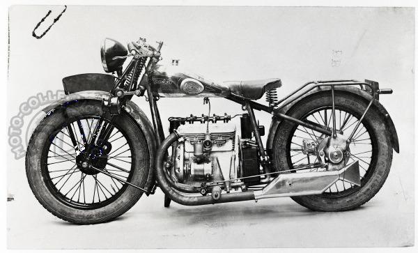 Photo d'usine du prototype de la Motobécane/Motoconfort en cours de préparation pour le salon de Paris 1929.