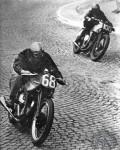 Gustave Lefevre (#68) sur sa Norton 500 Garden Gate à suspension arrière passe la Norton de Gorce.