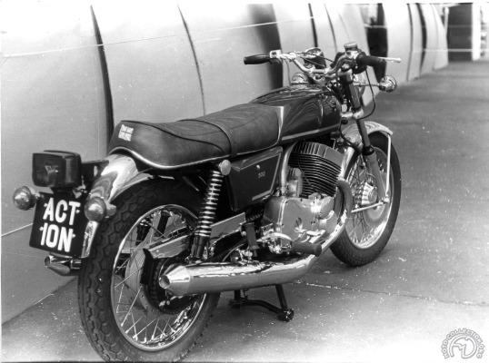 BSA qui initia le projet pensait sans doute contrer les japonaises avec cette 500 Wulf.