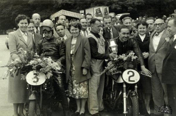Une des multiples victoires en Belgique d'Auguste Coffin ici à droite sur sa 500 Manx. La Velocette n°3 est celle de l'importateur en Belgique Léon Martin.1952
