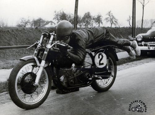 Aguste Goffin bat le record du monde de vitesse catégorie moto 500 cc sans compresseur ni carénage à 246,575 km/h à Wolvertem en 1952.