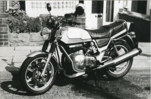 «La selle que j'avais fait réaliser pour le prototype descendait sur les côtés pour rappeler les selles de cheval» raconte Bob Trigg, «c'était vraiment plus attrayant que celle-ci, en deux parties pour la version industrialisée en 1976».