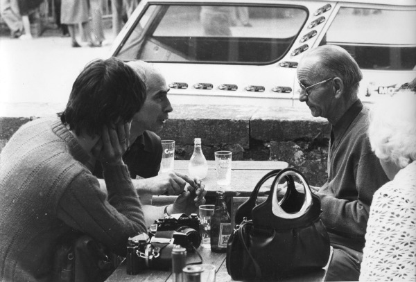 Pierre Ducloux, au fond à gauche en pleine discussion avec Jean Nougier (à droite) et moi-même (de dos) lors du Moto Journal 200 en 1977.