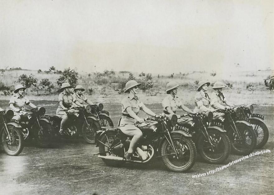 Escadron d'infirmières notoirement sous-équipées pour la moto.