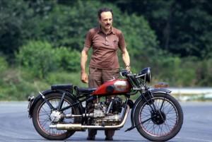 Non seulement la famille Ollearo a conservé ses motos, mais elle les fait rouler. La 175 Quattro est ici présentée en 1990 par Roberto Ollearo qui s'illustra en compétition sur Guzzi et Gilera 500 puis fut champion d'Italie en side-car dans les années 70