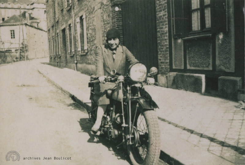 Pour vous mettre sur la voie, la même moto aux mains d'une motocycliste locale.