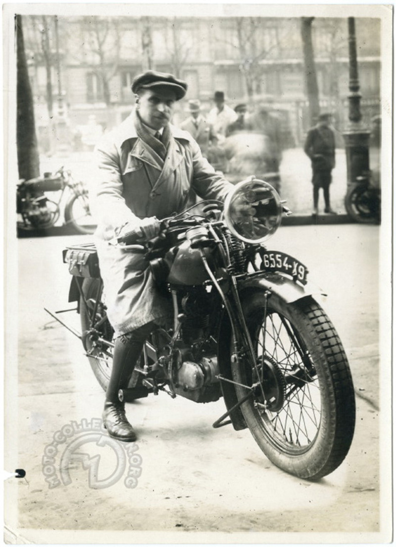 Paul Péan, le pilote vedette maison pose sur la P 105 pour une publicité Marchal en janvier 1928.