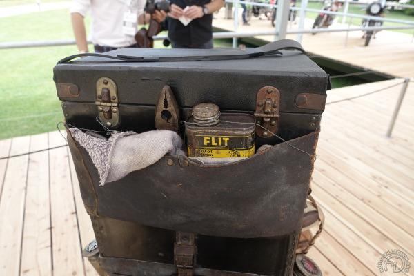 La Puch a incroyablement gardé tous ses bagages et accessoires jusqu'au bidon d'insecticide.