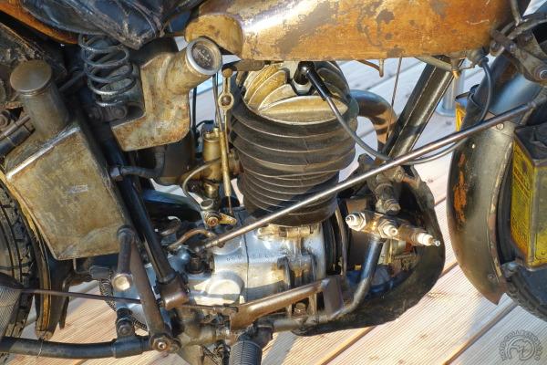 Les trois bougies de rechange sont une précaution utile à l'époque. L'huile moteur est répartie dans 3 réservoir et celui d'essence contient 23 l.