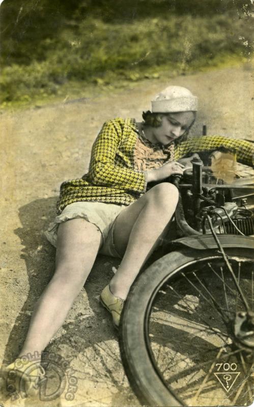 Paf ! À terre, cette jeune Parisienne semble décidément manquer de pratique