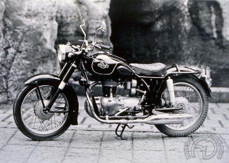 Dans les débuts, tout le talent des Japonais a souvent consisté à savoir s'inspirer d'une réalisation originale pour en tirer une copie personnalisée et parfois bien supérieure à son modèle. C'est le cas de cette Rikuo 350 AB Glory de 1955-56, plutôt plus moderne à son époque que son inspiratrice germanique.