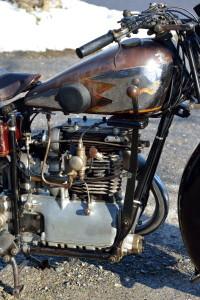Le moteur est fixé en trois points dans un double berceau en tubes manchonnés.