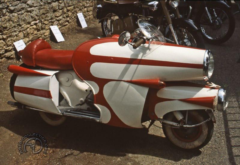 Paul Rougié de Vaynac l'a acheté neuf en 1955 et l'a ransformé: plus de bagages et plus 6-7 km/h, feu stop, clignotants, suspensions hydrauliques Girolux double effet comme sur les machones du Bol d'Or