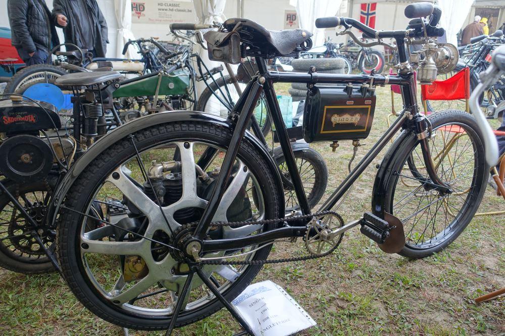 Chez Yesterdays encore cette Singer de 1901 (la première roue en aluminium de l'histoire, pose devant une ABC et un Skootamota.