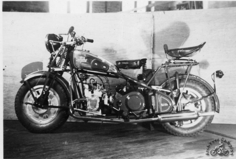 Souplex fut à notre connaissance la seule marque de motos à utiliser le flat twin à soupapes latérales présenté par Coventry Victor en 1946 en versions 285 et 340 cm3. Anglais jusqu'au bout ce moteur est accouplé à une boîte de vitesses séparée Albion et la transmission secondaire s'effectue classiquement par chaîne. On notera le manomètre d'huile au-dessus de la magnéto et, au-dessus de la boîte, une grosse dynamo entraînée par courroie.
