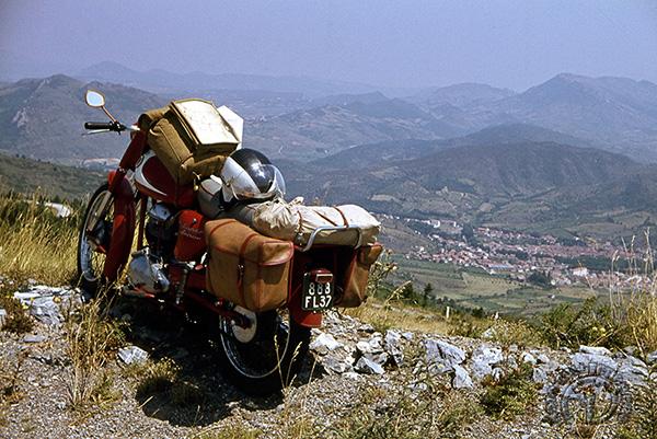 Les Pyrénées sont dans le fond et vous pouvez admirer le GPS d'époque sur le réservoir !