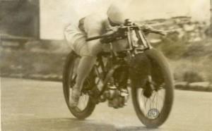 Le beau plat-ventre de Gwenda Mary Stewart sur 350 Terrot lors de ses records sur 24 heures avec son mari à Montlhéry en juillet 1926. (photo moto-collection.org)