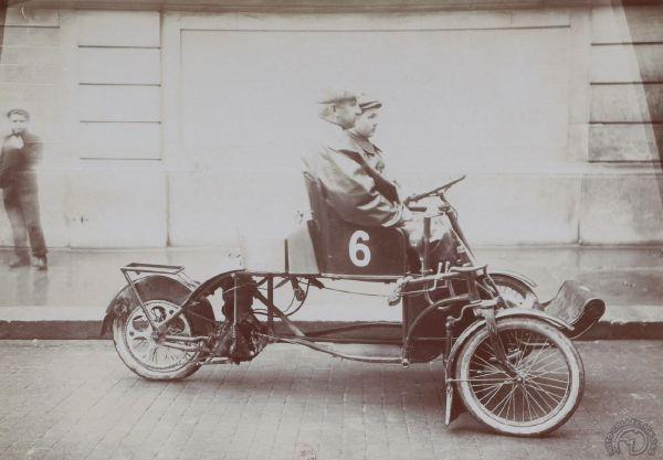 Félix Millet sur un tricycle Autofauteuil au Tour de France 1906 (BNF-Gallica)
