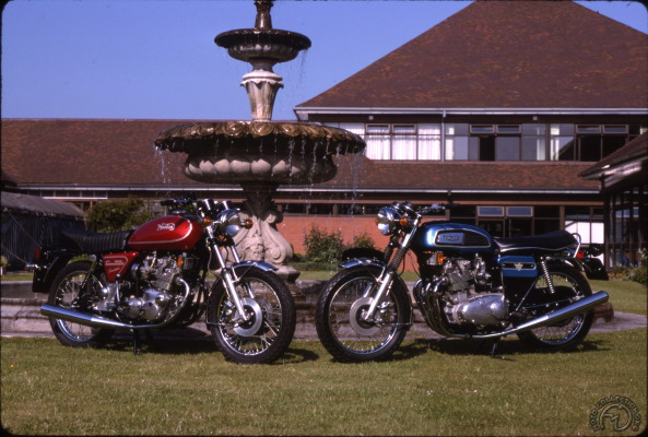 La 900 tricylindre Trisolastic de 1975 et de la 1000 quatre cylindres Quadrant de 1973.