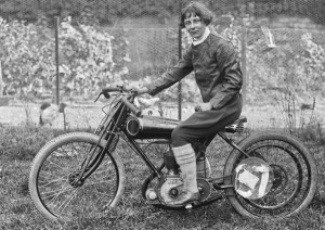 Gwenda Mary alors Janson sur Trump 250 JAP en 1922 (photo BNF Gallica)