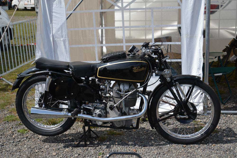 """Velocette 350 KTT mk8 sortie en mai 1947 est l'aboutissement d""""une longue série qui débuta en 1927 avec la mk1."""