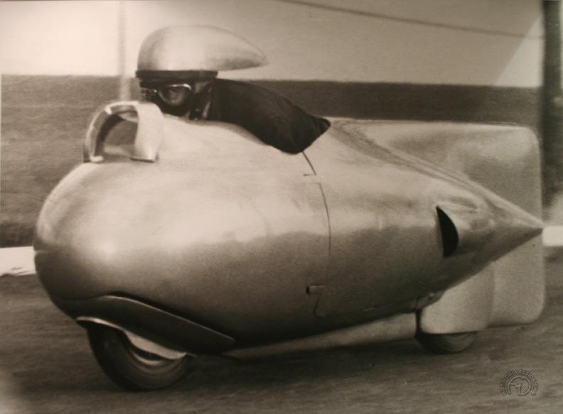 Pour améliorer encore le coefficient de pénétration dans l'air du Vespa des record de 1951, Dino Mazzoncini était coiffé d'un casque profilé.