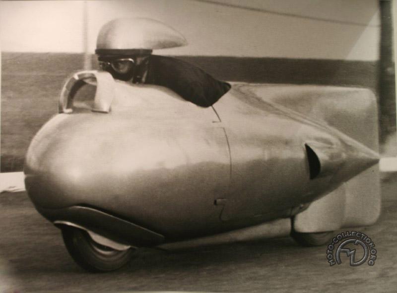 Pour les records de vitesse, BMW, Vespa et quelques autres inventèrent le casque aérodynamique. (Ici sur le Vespa 125 Silure à pistons opposés des records de 1951)