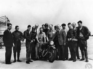 Tentative de record du monde sur 1000 Vincent à Montlhéry le 13 mai 1952. A gauche Phillip Vincent en costume et John Surtees qui n'a alors que 18 ans.