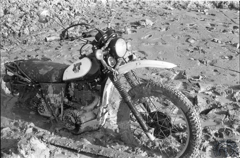 La moto s'enfoncera jusqu'au réservoir, bientôt maintenue par le bastaing (devant) que nous passerons derrière la fourche.