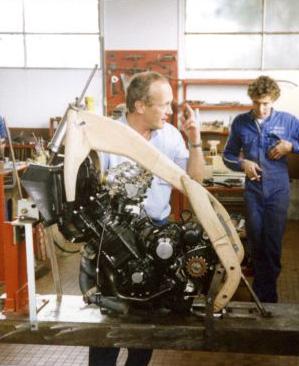 15 septembre 1986, Alain Chevallier explique son concept de cadre devant le modèle en bois qui lui servira à former l'aluminium.