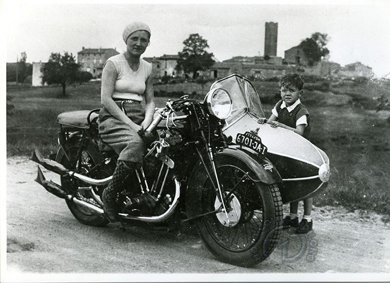 Grand-mère Brin sur Styl'son 1000 à moteur Jap et side-car Faurné - environ 1930