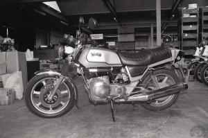 La Norton Rotary à l'usine en 1984. La selle est séparée de la protection sur les carters latéraux.
