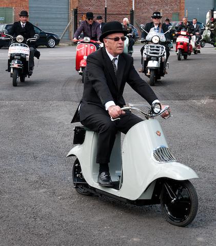Au seul Vespa en couverture, nous aurions bien préféré cette vue unique et historique d'une vraie meute de guêpes à la poursuite du rarissime Unibus de 1922, le véritable précurseur du scooter moderne.