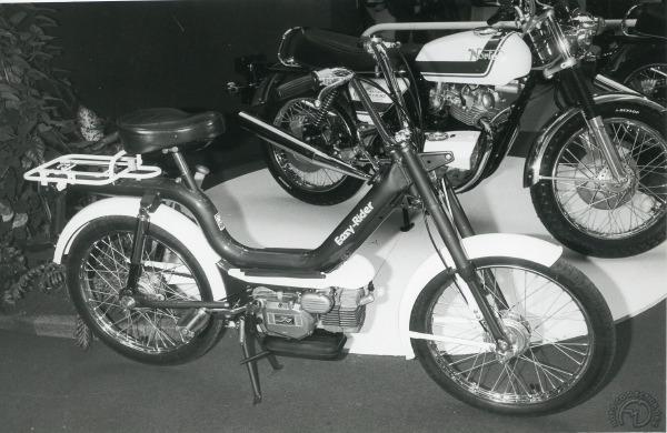 Surprise au salon de Londres 1975 avec ce 50 utilitaire NVT aux côté de la Commando.